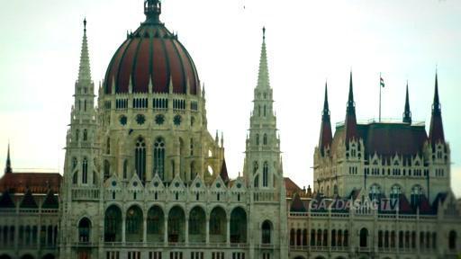 Hétfőn összeül a parlament: becsületsértés, tiszteletdíjak csökkentése, személyi ügyek, vagyonkezelő alapítványok