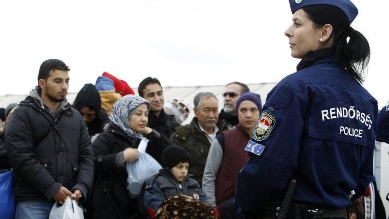 Több mint száz határsértőt tartóztattak föl a hétvégén